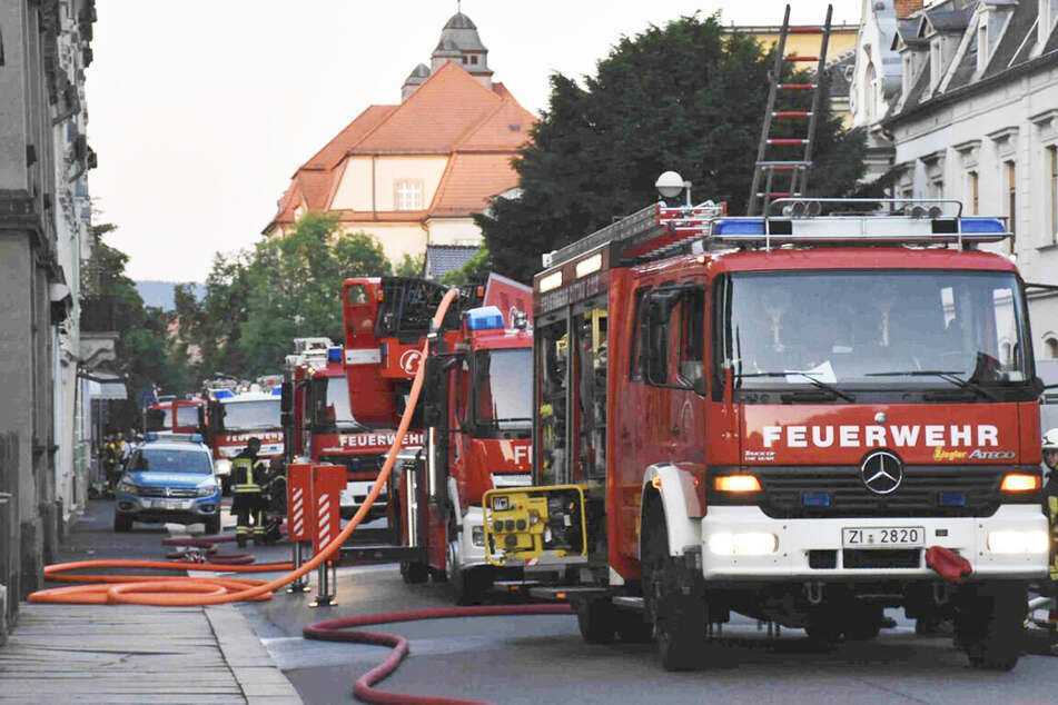 Die Feuerwehr rückte mit mehreren Fahrzeugen zu dem Brand an der Lessingstraße an.