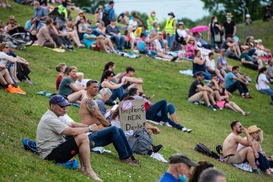 """""""Impfen? Nein Danke!"""", steht auf dem Schild eines Demonstranten, der an einer Demonstration der Initiative """"Querdenken"""" am Donnerstag in Karlsruhe teilnimmt."""