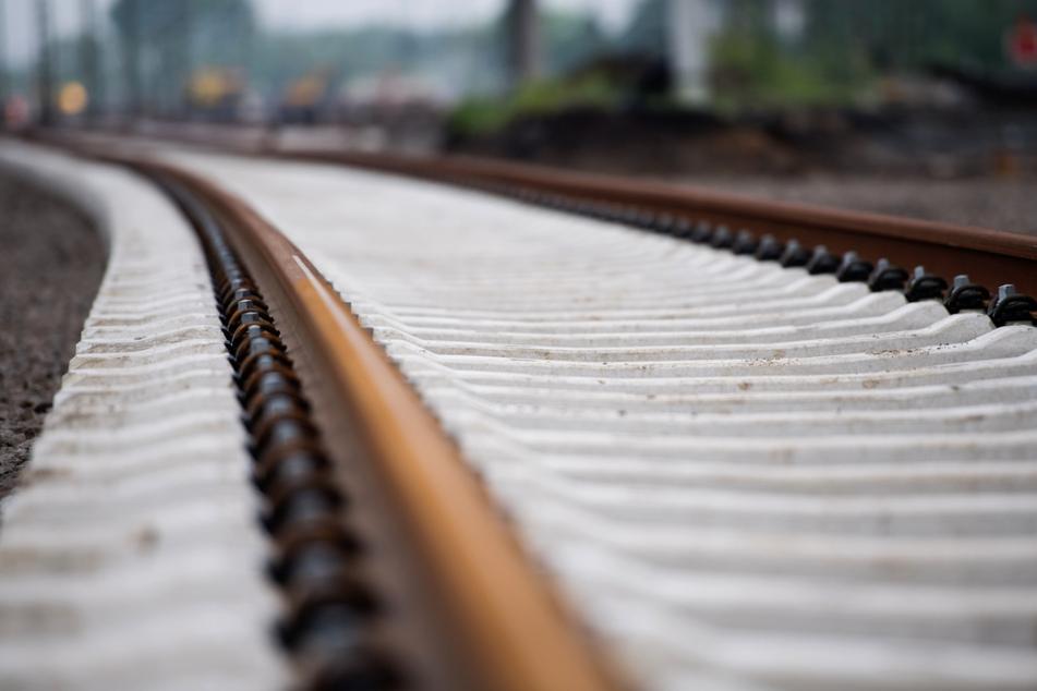 Behinderten Mann vor Zug gestoßen: Lange Haft für 26-Jährigen!