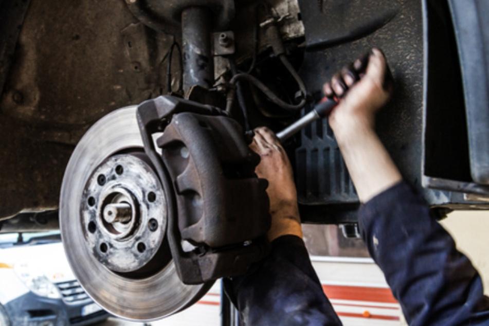 Für Beschäftigte in Autohäusern und Werkstätten möchte die IG Metall vier Prozent mehr Lohn erkämpfen. (Symbolbild)