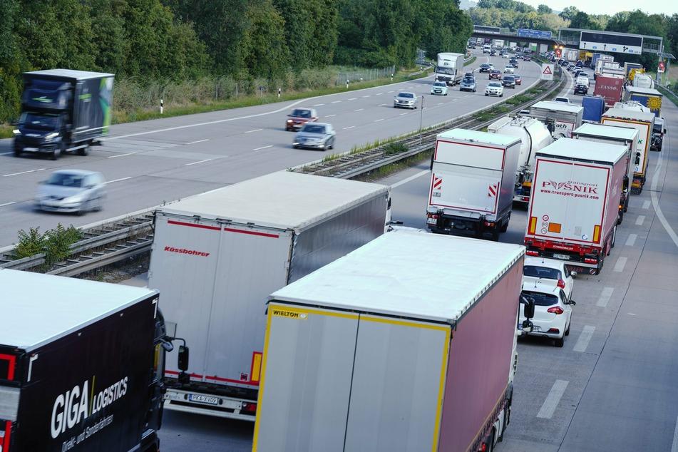 Baden-Württemberg, Hockenheim: Lastwagen und Autos stehen auf der Autobahn 6 vor dem Autobahnkreuz Walldorf in Richtung Heilbronn im Stau.