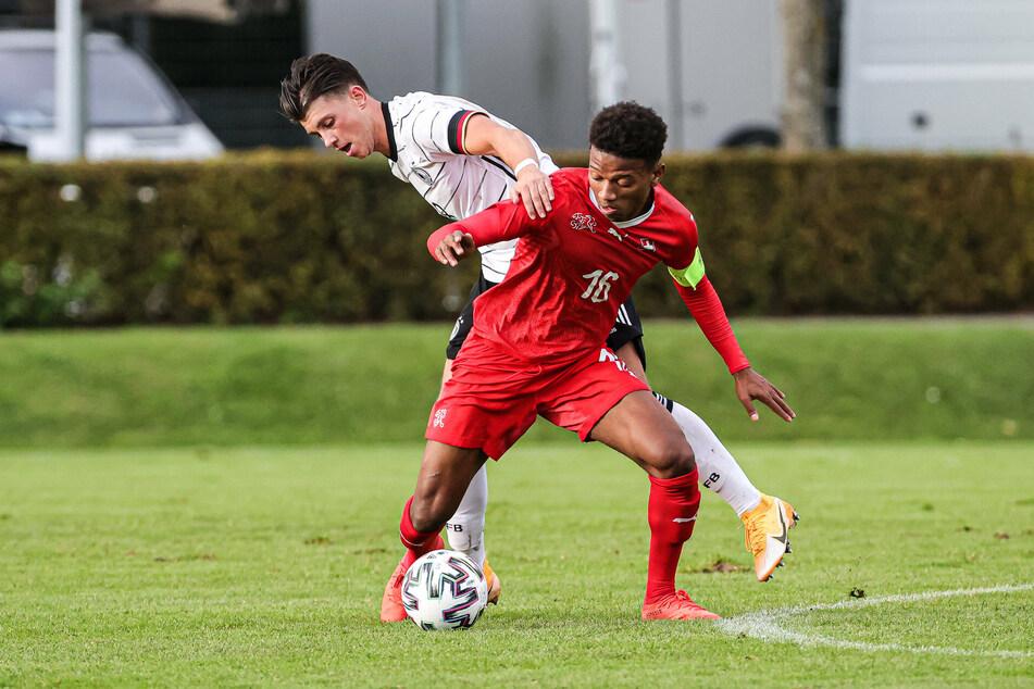 Lazar Samardzic, hier im Zweikampf mit dem Schweizer Stephane Cueni, erzielte das zwischenzeitlich 2:1 für die deutsche U20-Auswahl.