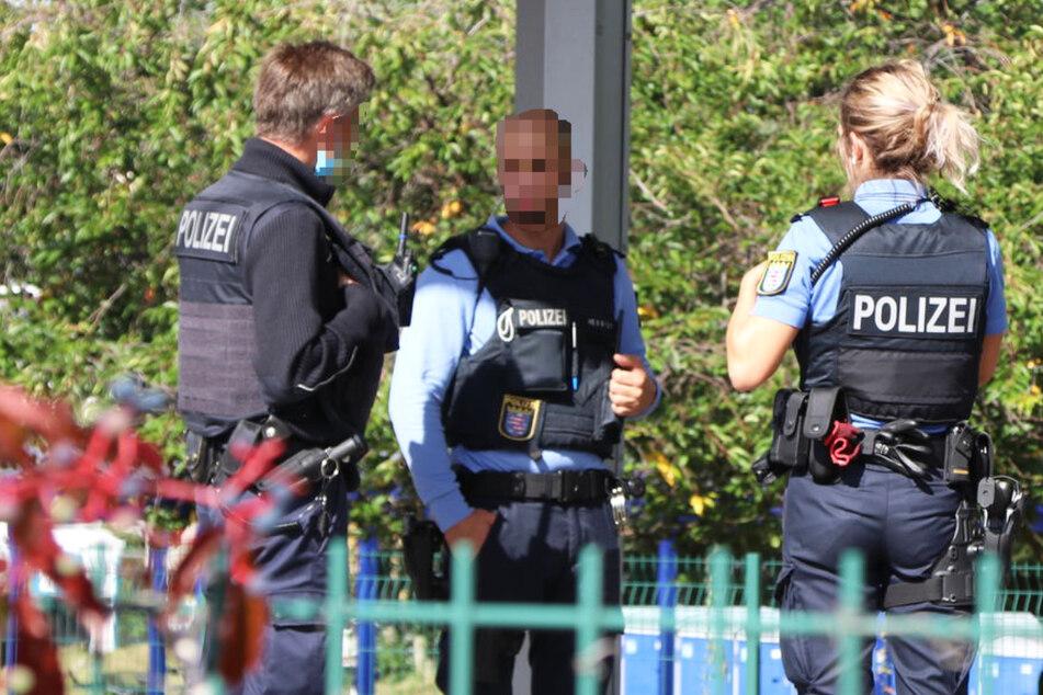 Polizisten stehen am Tatort in Obertshausen: An der S-Bahn-Haltestelle kam es zu einer blutigen Messerattacke.