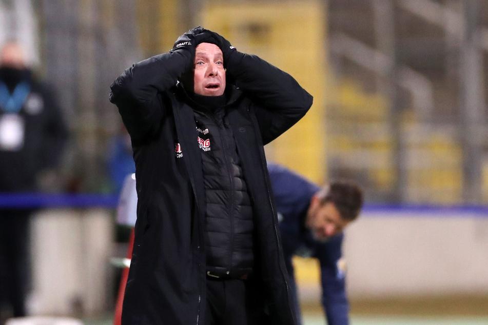 Entsetzt schlägt Dynamo-Coach Markus Kauczinski die Hände über dem Kopf zusammen.