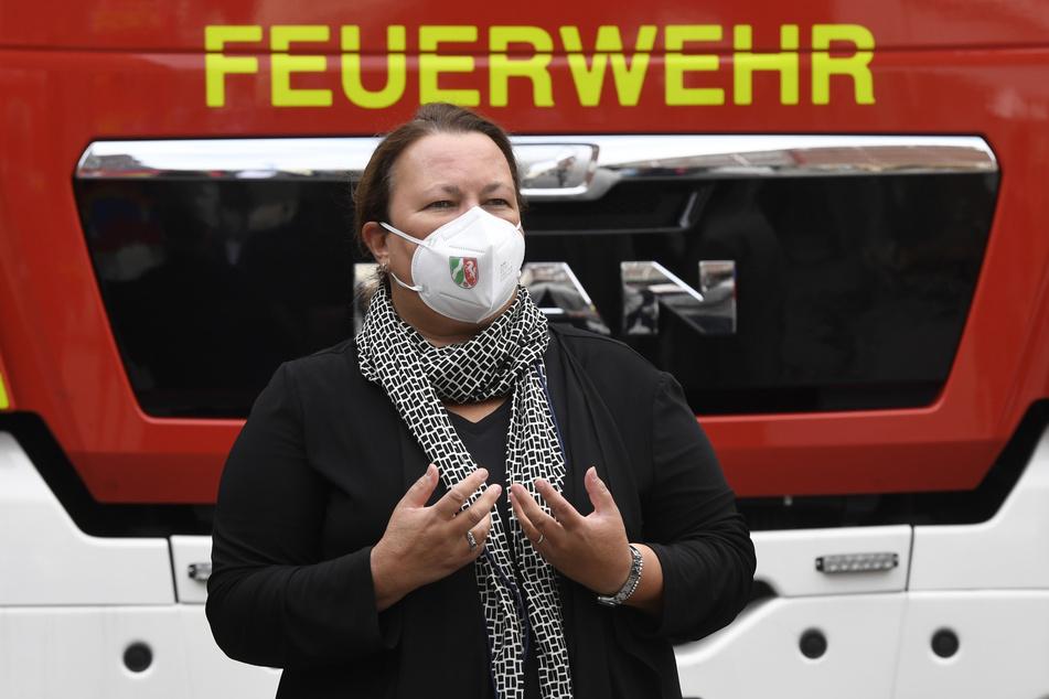 Umweltministerin Ursula Heinen-Esser (55, CDU) besuchte am Samstag den Unglücksort in Leverkusen und bekundete ihr Beileid.