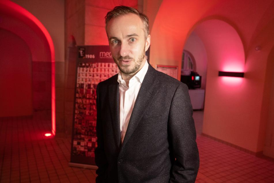 """Jan Böhmermann (40) im Februar 2020 bei der Preisverleihung für die """"Journalistinnen und Journalisten des Jahres 2019"""" in Berlin. (Archivbild)"""