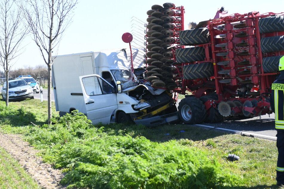 Der Fahrer soll schwer verletzt worden sein.