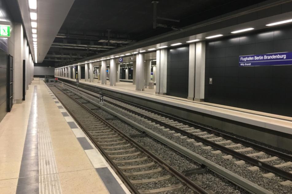 Der Flughafen-Bahnhof hat sechs Gleise und drei Bahnsteige. Derzeit ist nur die IC-Linie Dresden-Flughafen-Berlin-Rostock geplant.