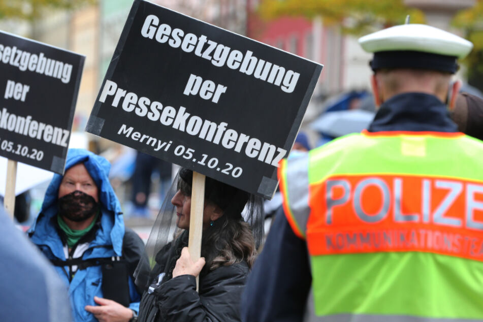 Menschen stehen auf dem Gärtnerplatz in München bei einer Demonstration gegen die Corona-Maßnahmen.