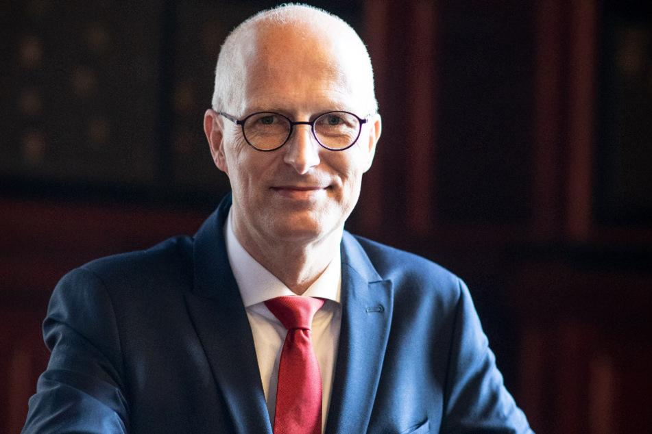 Peter Tschentscher (SPD), Erster Bürgermeister in Hamburg, sitzt nach einem Interview im Rathaus.