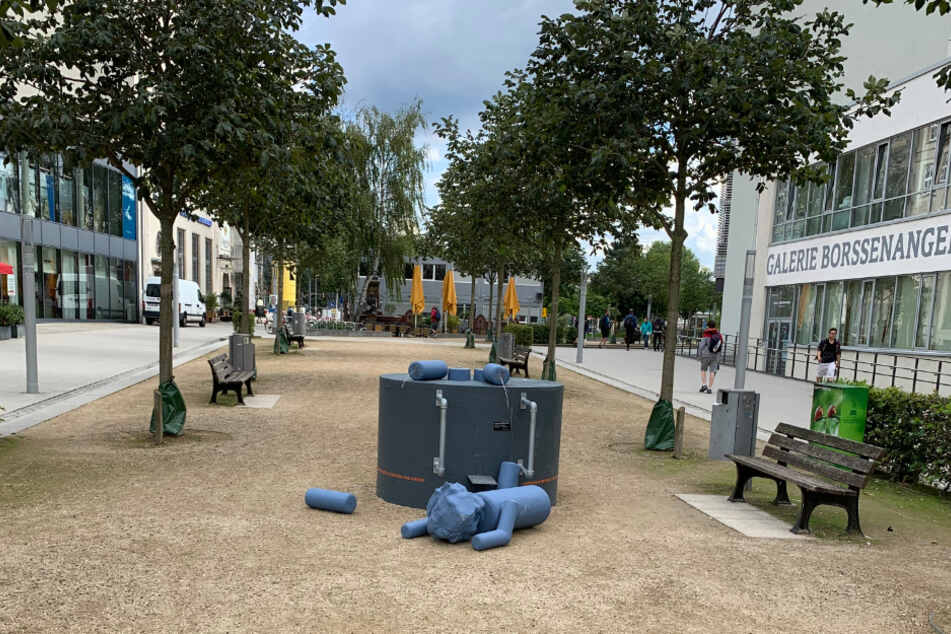 Bei der Karl-Marx-Wackelfigur auf dem Johannisplatz wurden mehrere Seile durchtrennt, sodass die Figur von ihrem Sockel fiel.
