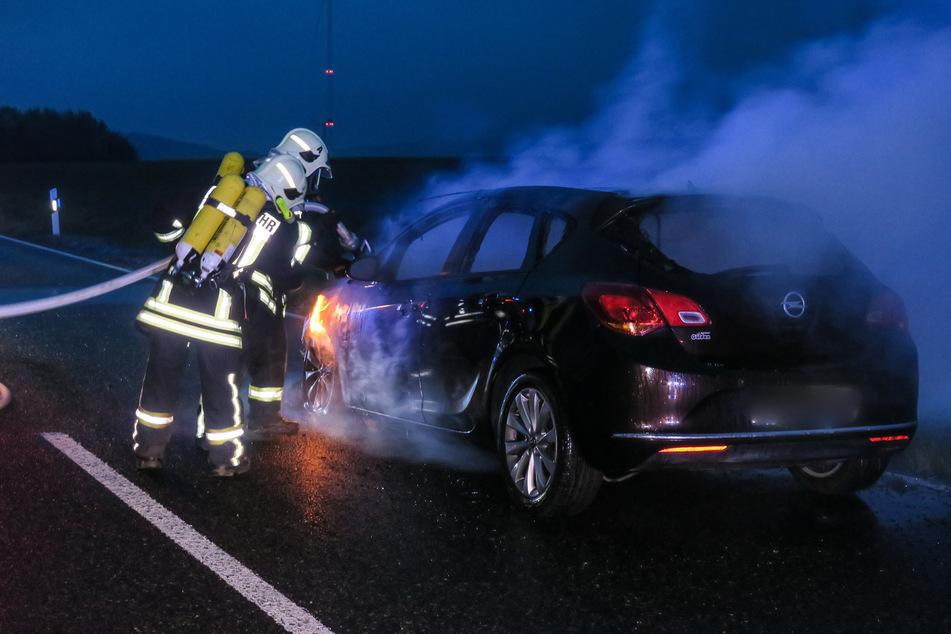 Im Hartensteiner Ortsteil Thierfeld fing am Dienstagabend ein Opel Feuer. Die Feuerwehr kämpfte gegen die Flammen.