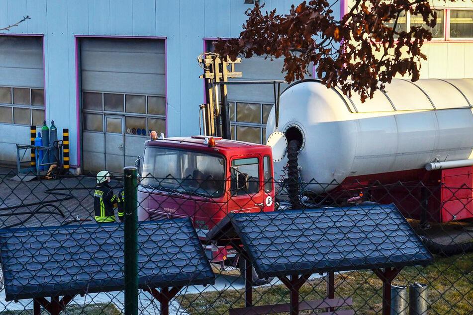 Ein Gabelstapler hielt eine Luke des Lastwagens in der Höhe, während ein Schlauch die Gase abpumpen sollte.