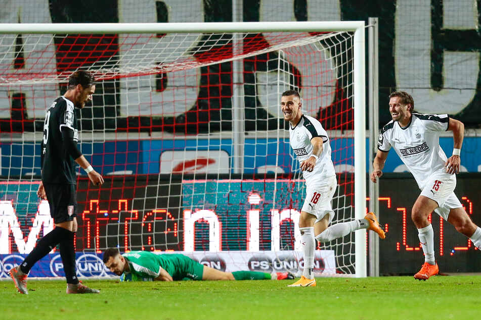 Maximilian Wolfram (2.v.r..) jubelt nach seinem Treffer zum 1:0, Ronny König eilt herbei, um den Torschützen zu beglückwünschen.