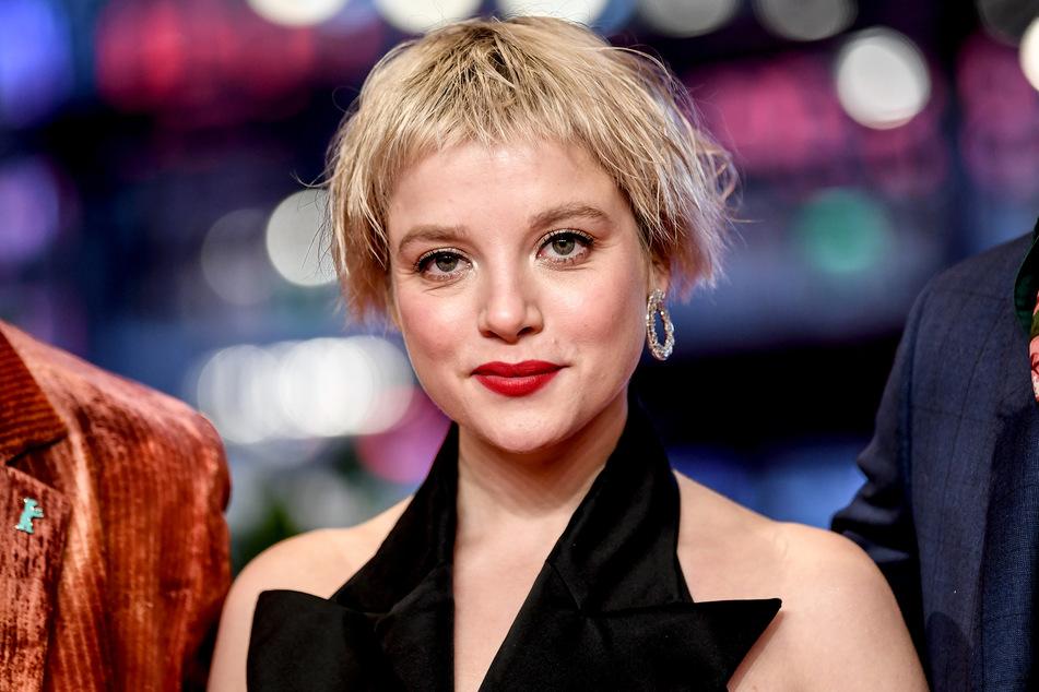 Jella Haase (28) schlüpft für eine neue Netflix-Serie in die Rolle einer DDR-Spionin.