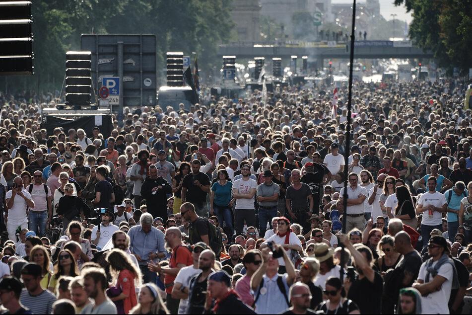 Bilder von der Demonstration gegen die Corona-Maßnahmen auf der Straße des 17. Juni am Samstag: Teilnehmer mit Maske suchte man vergebens.
