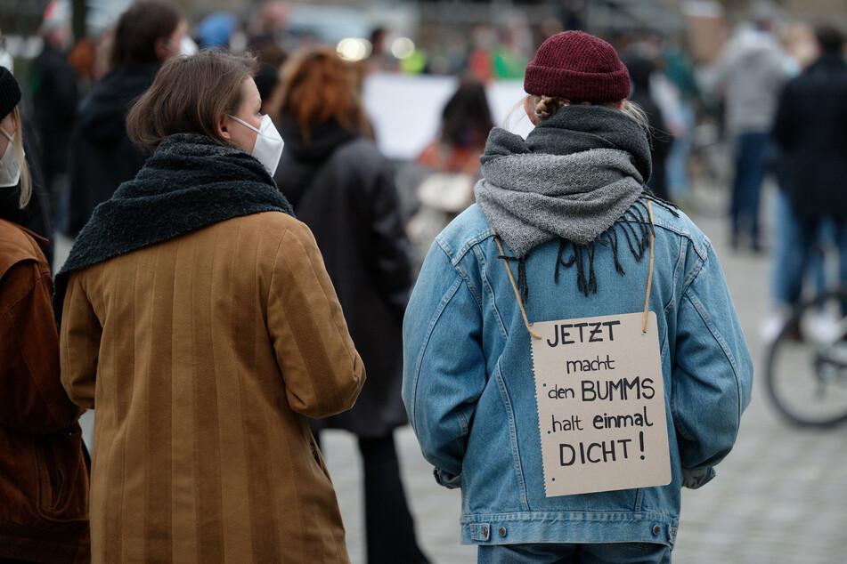 """""""Jetzt macht den Bumms halt einmal dicht"""" fordern Teilnehmer bei einer Demonstration in Köln."""