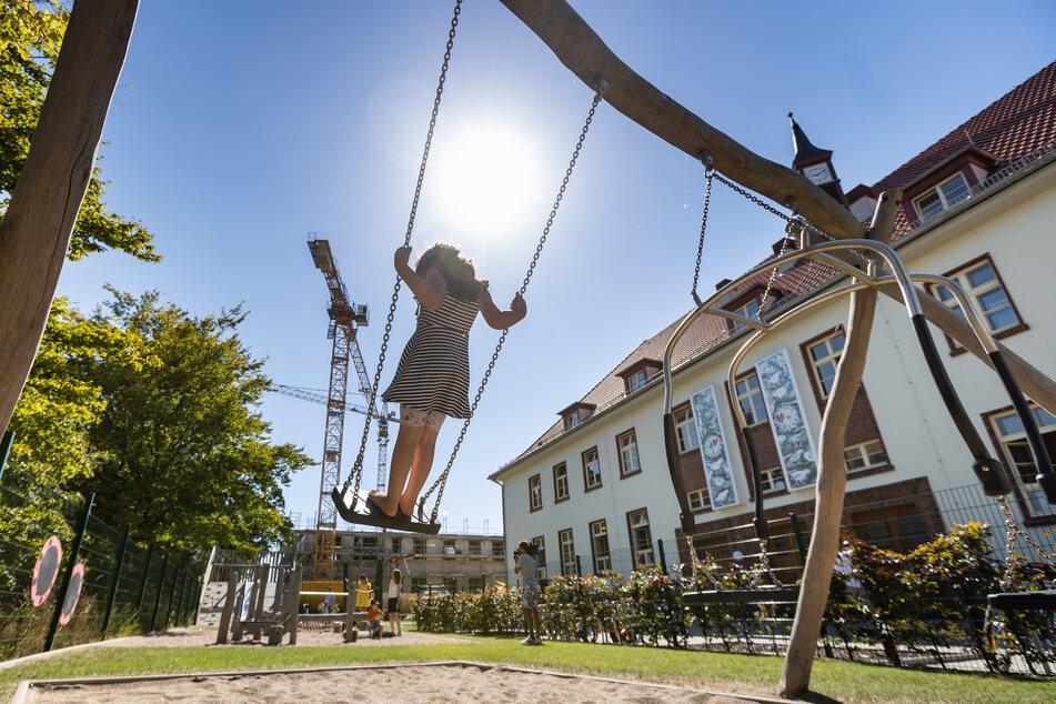 Auch Kinder der Kita Jenfelder Au in Hamburg dürfen endlich wieder auf ihren Spielplatz gehen. Mit Corona kam der erweitere Notbetrieb in Hamburgs Kitas.