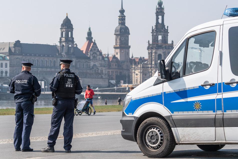 Polizisten stehen zur Beobachtung auf dem Elberadweg am Königsufer in Dresden.