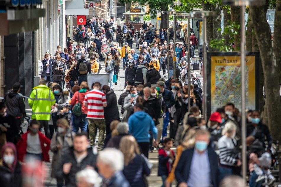 Menschen gehen über die Stuttgarter Einkaufsmeile Königstraße. Die Warnstreiks im baden-württembergischen Einzelhandel dauern an, unter anderem sind Kaufland-, H&M- und Zara-Filialen in Stuttgart betroffen.