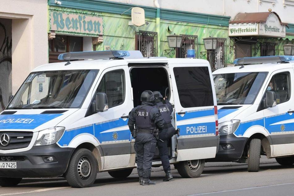 Polizeiwagen stehen vor einem Gebäude im Leipziger Osten. Gegen elf Uhr startete dort ein größerer Einsatz.