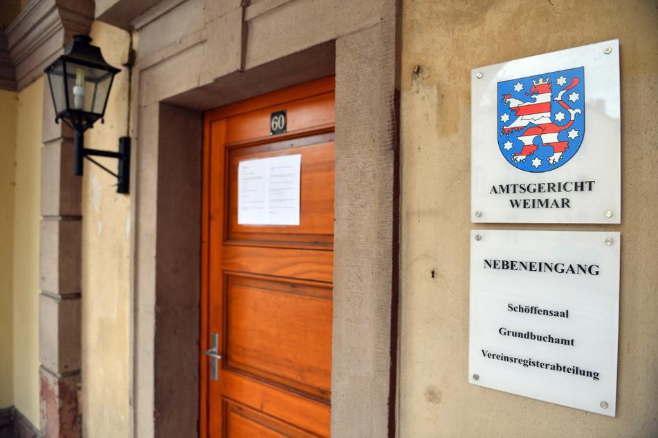 Blick auf einen Eingang des Amtsgerichts Weimars.
