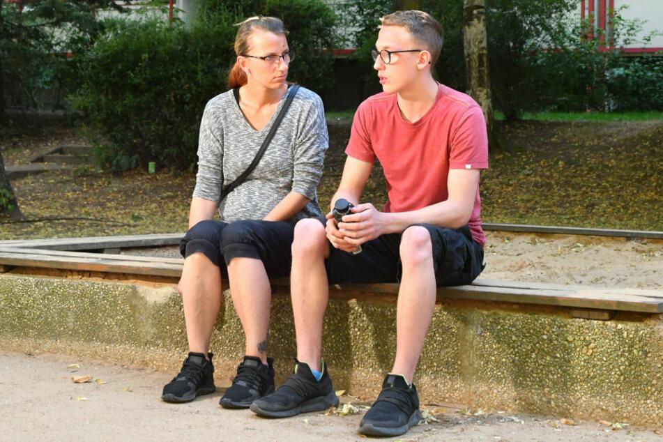Nicole (36) und Dominik (19) am Tatort.