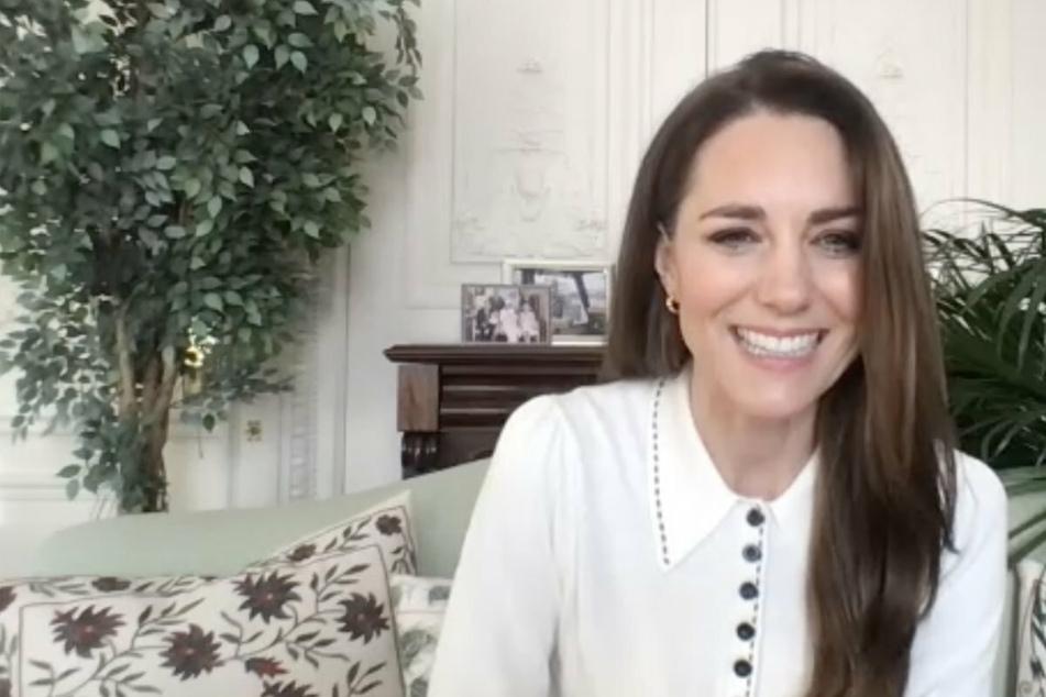 Herzogin Kate im Videotelefonat, doch jeder achtet auf etwas ganz anderes!