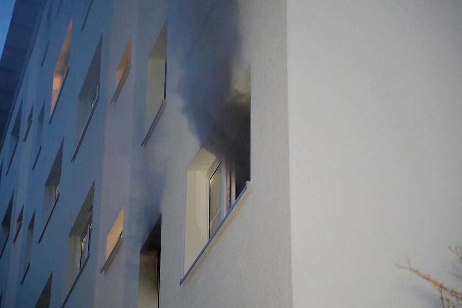 Der dunkle Rauch, der aus der Brandwohnung trat, war deutlich sichtbar.