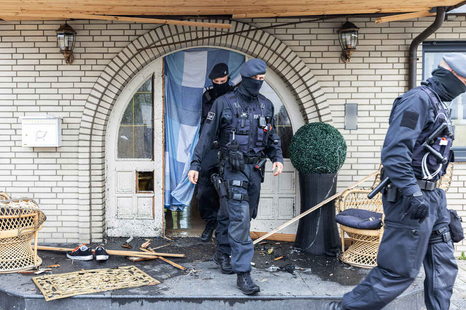 Spezialkräfte der Polizei durchsuchten mehrere Objekte in Nordrhein-Westfalen.