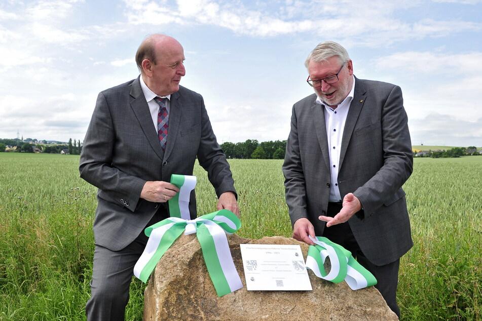 Die Landräte enthüllten einen Findling mit einer Tafel, die an die Neuordnung der Grundstücke erinnert.
