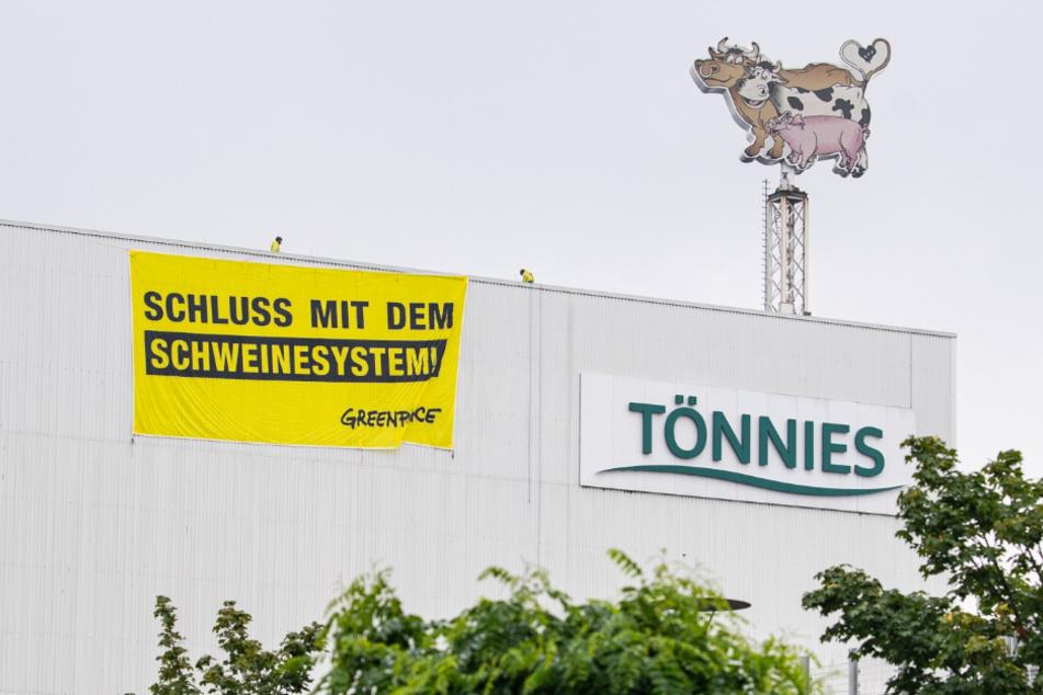Greenpeace-Aktivisten haben ein Banner an der Tönnies-Fabrik angebracht.