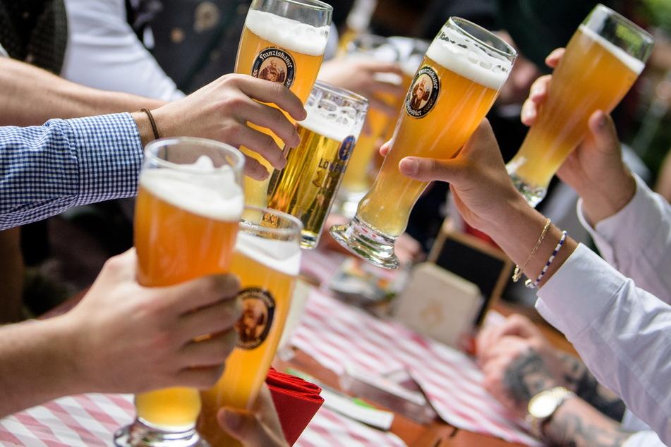 Hoch die Gläser! Wenn die Inzidenz weiterhin unter 100 bleibt, darf die Außengastronomie in der Messestadt ab dem 14. Mai wieder öffnen.