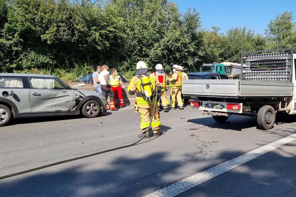 Ein Auto war auf der A46 erst mit einem Kleintransporter, dann mit zwei weiteren Autos kollidiert.