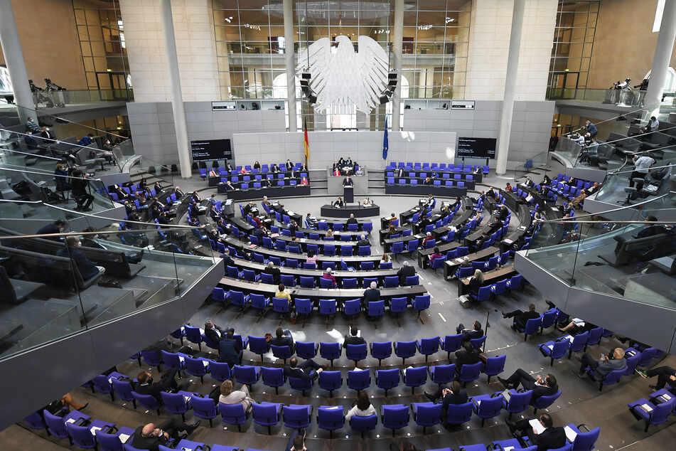 Gesundheitsminister Jens Spahn (40, CDU) spricht bei einer Sitzung des Bundestags. Anschließend wurde die Notbremse beschlossen.