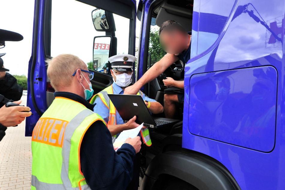 Dieser polnische Trucker (44) konnte seinen aus der Luft gefilmten Verkehrsverstoß am Laptop sehen.