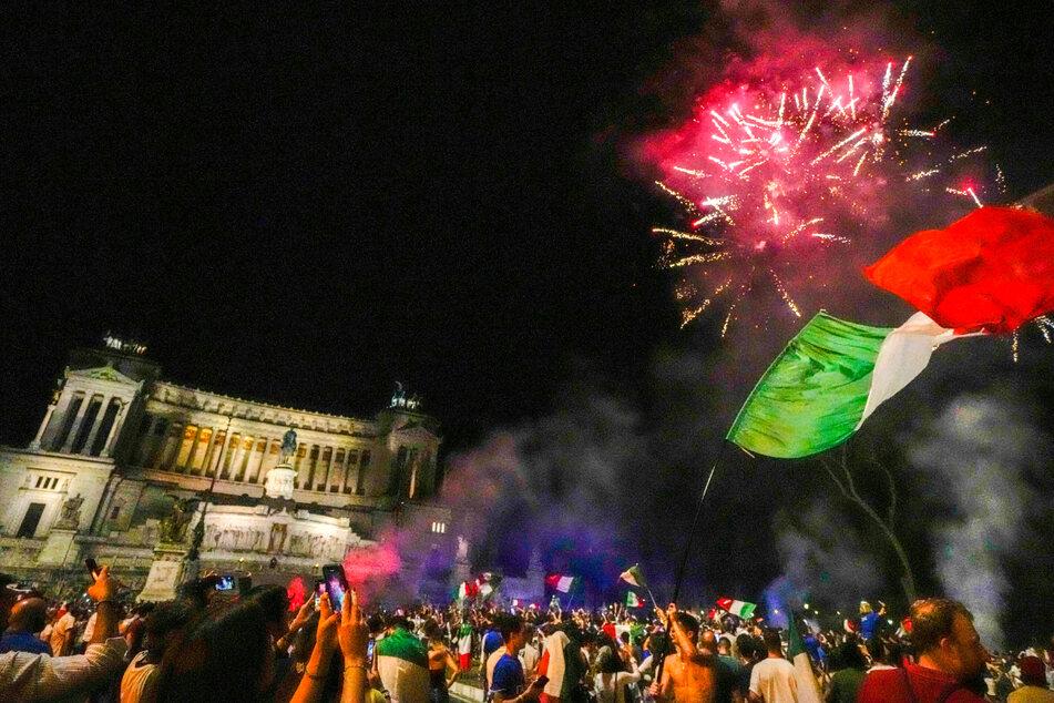In Rom und anderen Städten wurden Feuerwerke gezündet und tausende Fahnen geschwenkt.