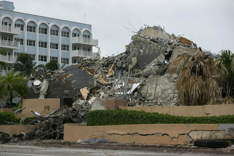 Trümmer und Schutt des gesprengten Wohnkomplexes Champlain Tower South.