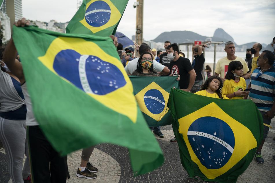 Demonstranten nehmen an einer Protestkundgebung zur Unterstützung des brasilianischen Präsidenten Bolsonaro teil. Nachdem die Marke von 500.000 Corona-Infizierten überschritten wurde, bekamen Bolsonaros Anhänger Widerstand von Bürgern, die an der Copacabana regelmäßig das Oberste Gericht, den Kongress und Maßnahmen gegen das Virus kritisieren.