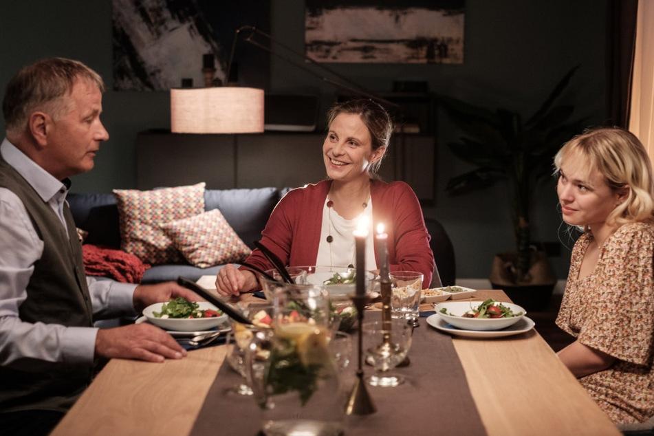 Katja (M.) und Roland wollen zusammenziehen. Doch Lisa verhält sich ziemlich komisch.