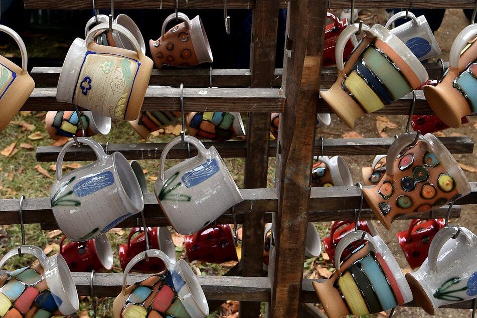 Keramik in allen Variationen wird auf einem Töpfermarkt angeboten.