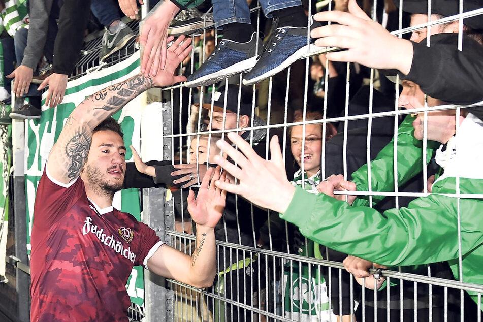 Das Dynamo-Trikot passt Sercan Sararer schon gut - das schnappte er sich allerdings nach einem Heimspiel seines damaligen Vereins Greuther Fürth gegen Dresden.