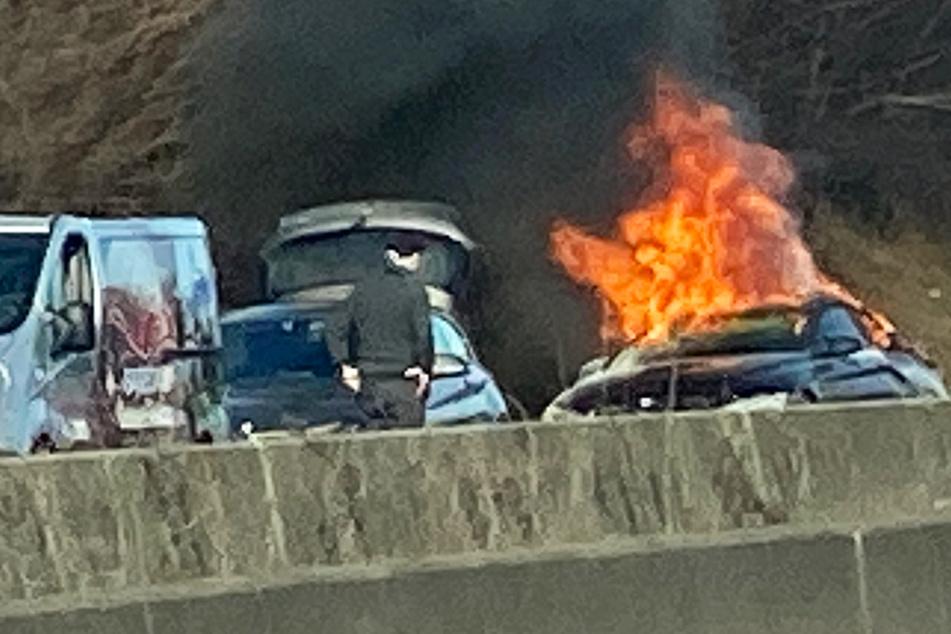 Frankfurt: Autobahn-Unfall mit sechs Fahrzeugen: Ein Wagen brennt völlig aus