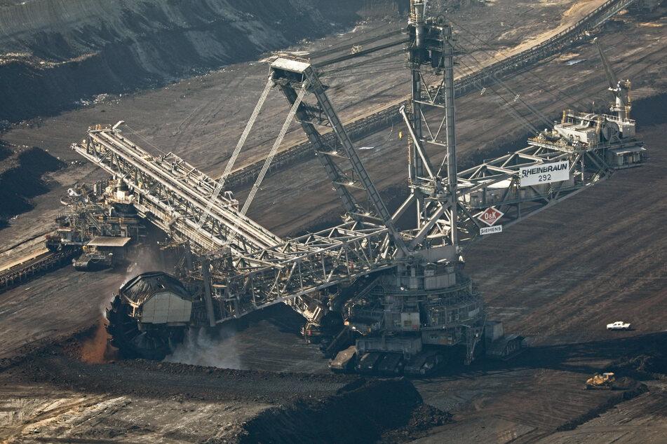 Ein Bagger schaufelt im Tagebau Hambach Braunkohle. Am Dienstag wollen die NRW-Landesregierung und Vertreter der Region nach dem beschlossenen Braunkohle-Ausstieg einen Vertrag über die künftige Entwicklung schließen.