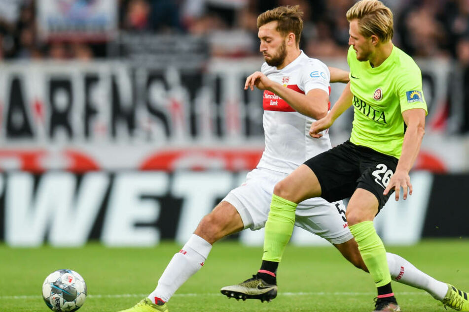Nathaniel Phillips (l.) vom VfB Stuttgart in Aktion gegen Marcel Titsch Rivero von Wehen Wiesbaden