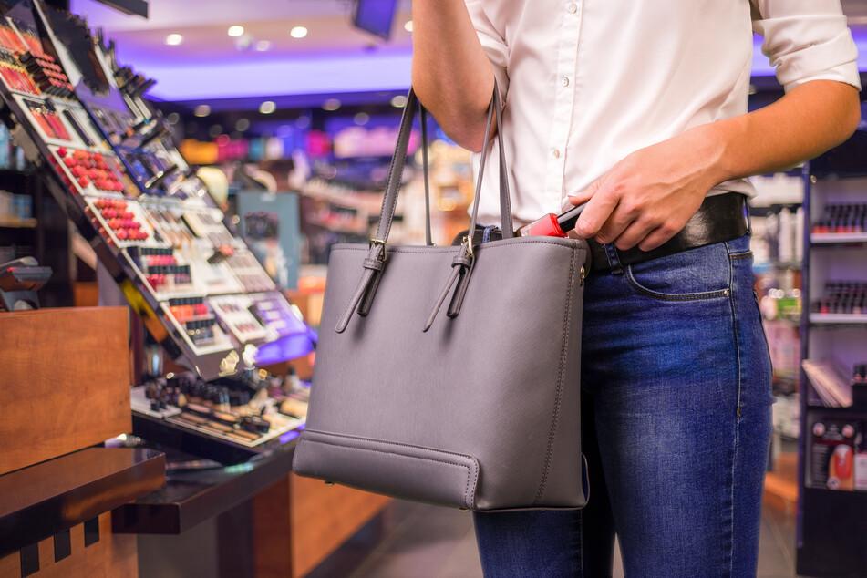 Ladendetektivin verletzt, nachdem sie Alkoholdiebe auf frischer Tat ertappte
