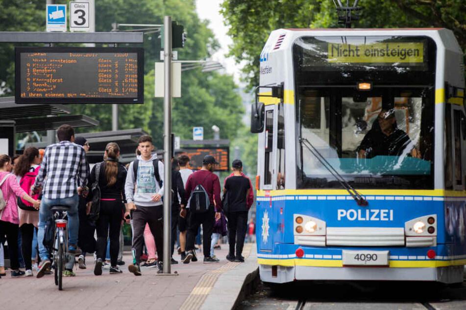 Eine KVB-Bahn in Polizei-Optik am Kölner Neumarkt.