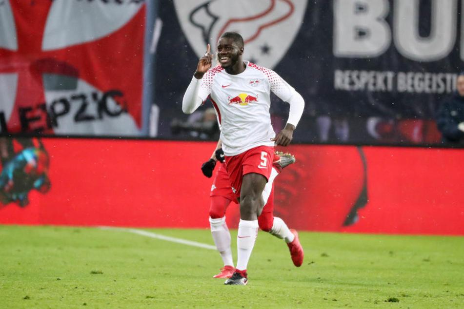 Dayot Upamecano erzielte gegen den FC Augsburg sein erstes Pflichtspieltor überhaupt und rannte danach zur Auswechselbank.