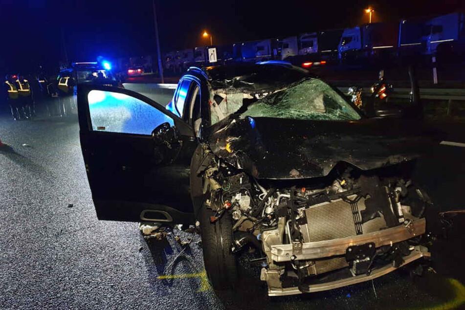 Die Front des Autos ist massiv zerstört.