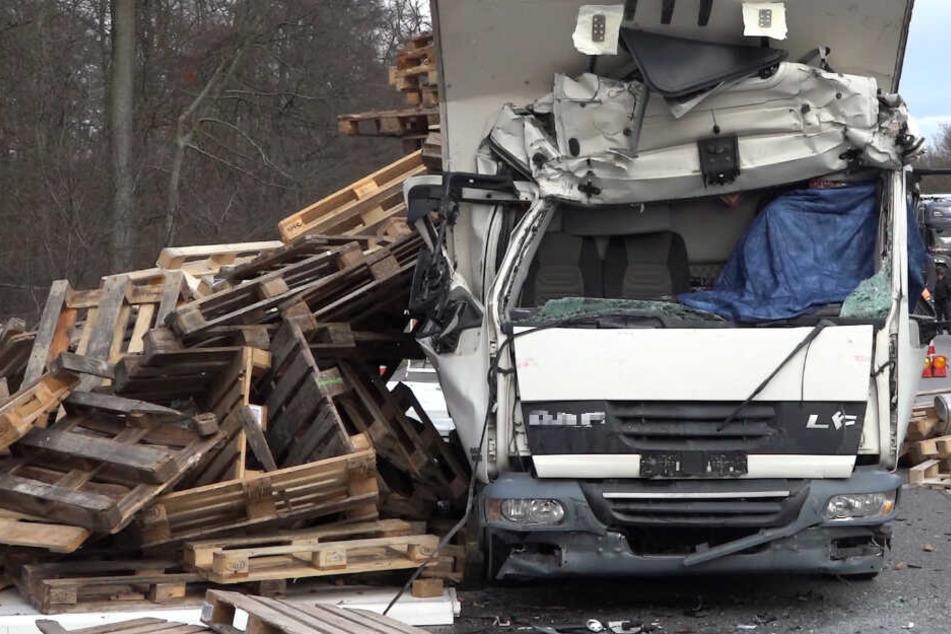 Der Lastwagenfahrer hatte keine Überlebenschance, er starb noch am Unfallort.
